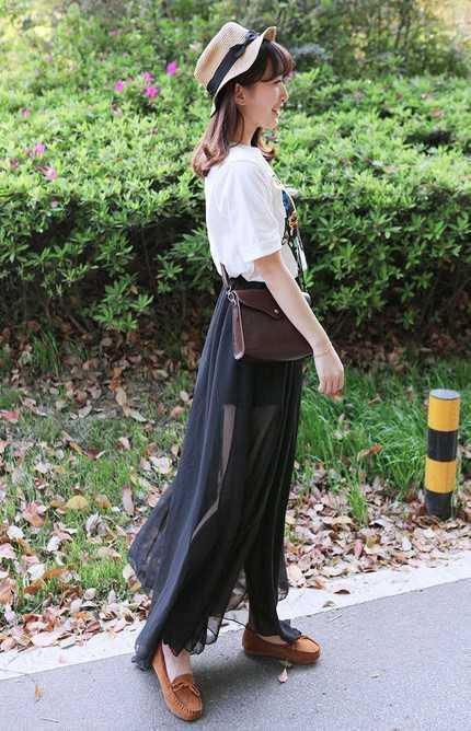 黑纱的长裙是韩国首尔美女的大爱随意搭配一件白色t恤,简单又清凉的街图片