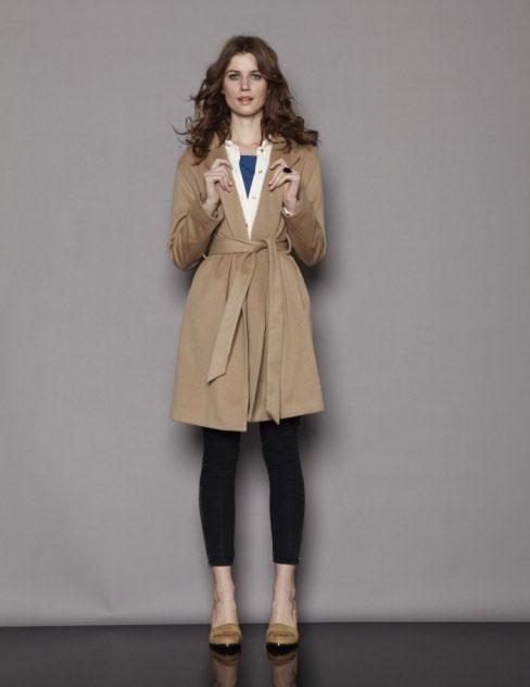 驼色大衣搭配黑色紧身裤高跟鞋
