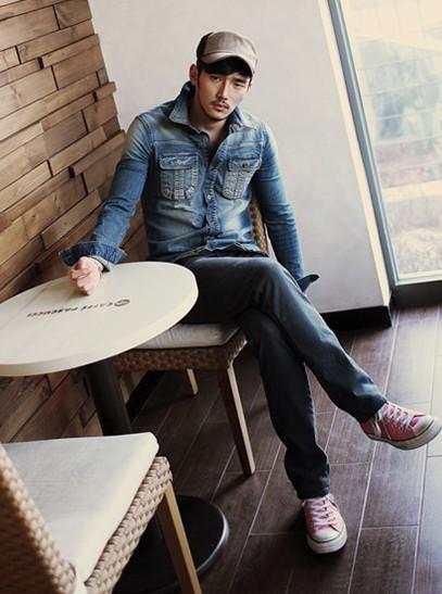 韩版修身男士衬衫_个性男士牛仔外套搭配图片