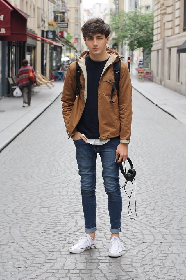 黄鹤色大衣搭配蓝色牛仔裤