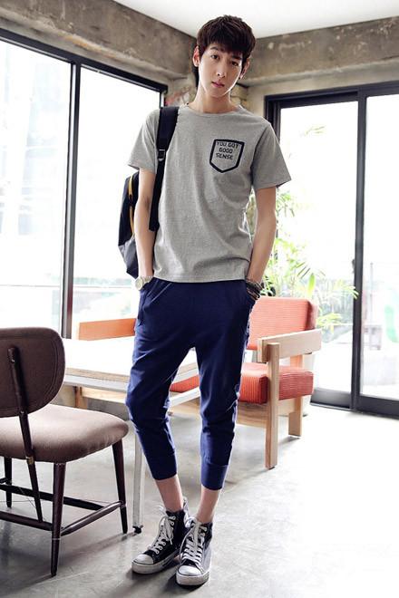 时尚男生衣服搭配灰色上衣搭配蓝色裤子