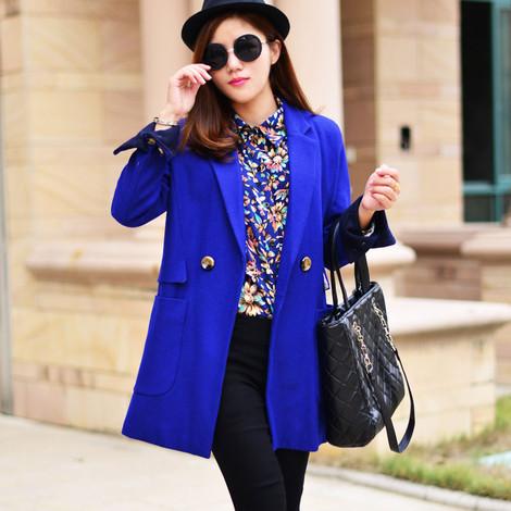 深蓝色呢子大衣搭配花色衬衫