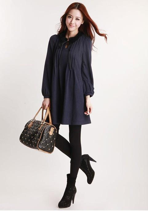 蓝色连衣裙搭配黑色丝袜