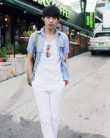 牛仔外套搭配白色裤子+v领条纹衬衣