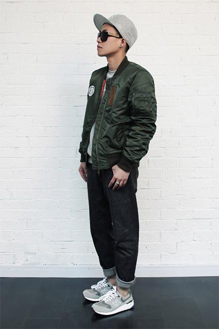 绿色皮夹克搭配黑色牛仔裤+n字鞋