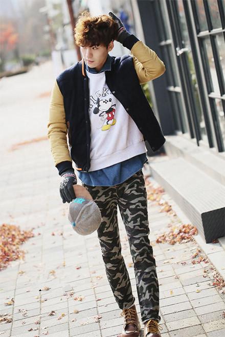 韩国男生春秋季时尚迷彩裤搭配白色米奇卫衣图片