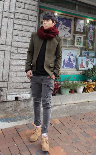 墨绿色外套搭配灰色休闲裤