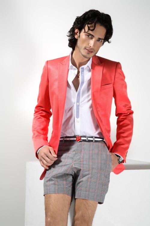 红色小西服搭配白色衬衫