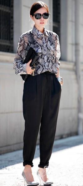花纹上衣搭配黑色哈伦裤