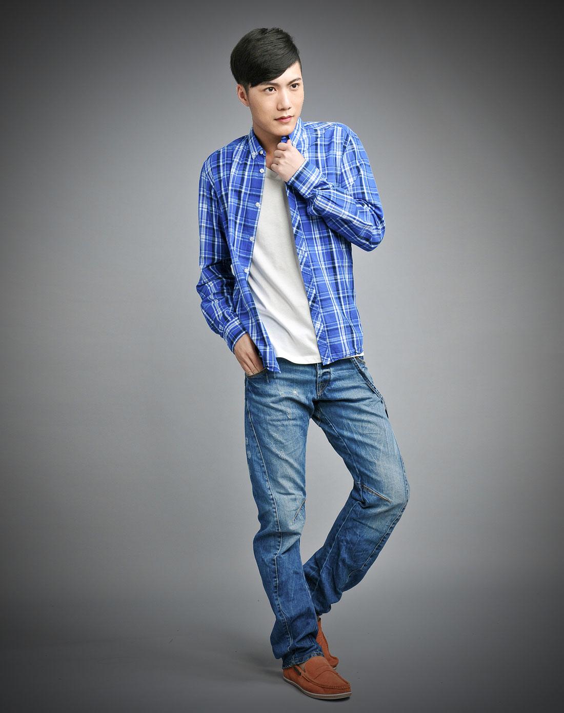 男士白衬衫搭配牛仔裤-蓝色格子衬衫搭配