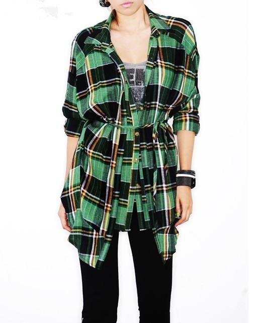 绿色长款格子衬衫搭配黑色休闲裤