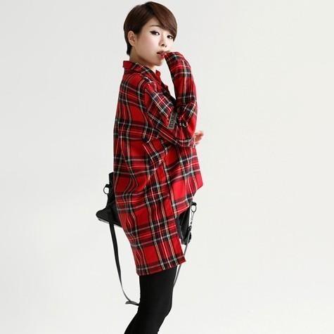 红色格子衬衫搭配黑色丝袜