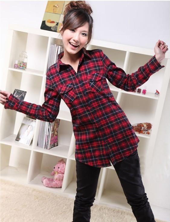 红色长款格子衬衫搭配黑色紧身裤