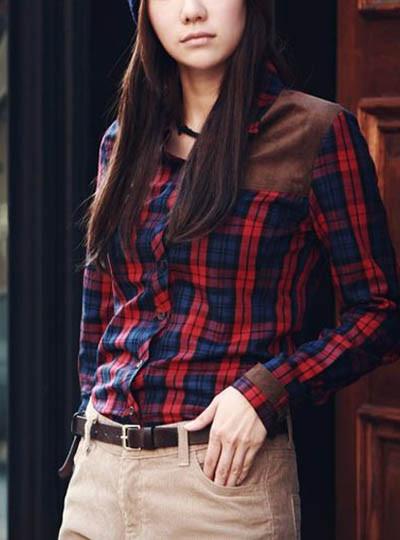 红格子衬衫搭配卡其色休闲裤