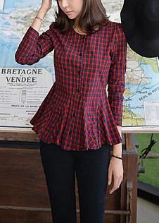 红格子衬衫搭配黑色紧身裤