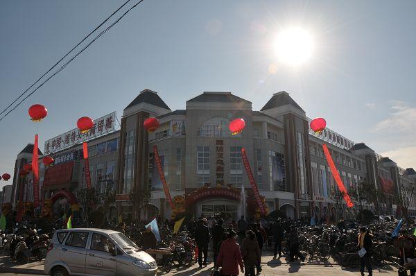 义乌商贸城位于坊子区北海路与长宁街交汇处,分东,西两个区,总占地